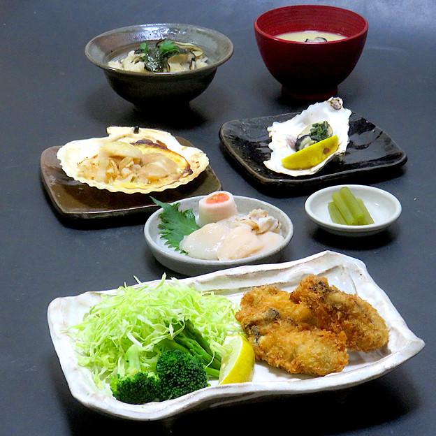 今晩は、貝尽くし 牡蠣フライ、帆立造り、帆立バター焼き、蕗の青煮、蒸し牡蠣、牡蠣ご飯、牡蠣の味噌汁