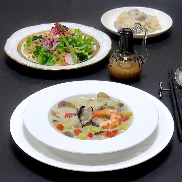 今晩は、クラムチャウダー、旬菜サラダ 味噌ドレッシング(甘藍、ブロッコリー、紅芯大根、紫玉ねぎ、ラデッシュ、スナップエンドウ、蓮根、平茸、アスパラガス、フリル