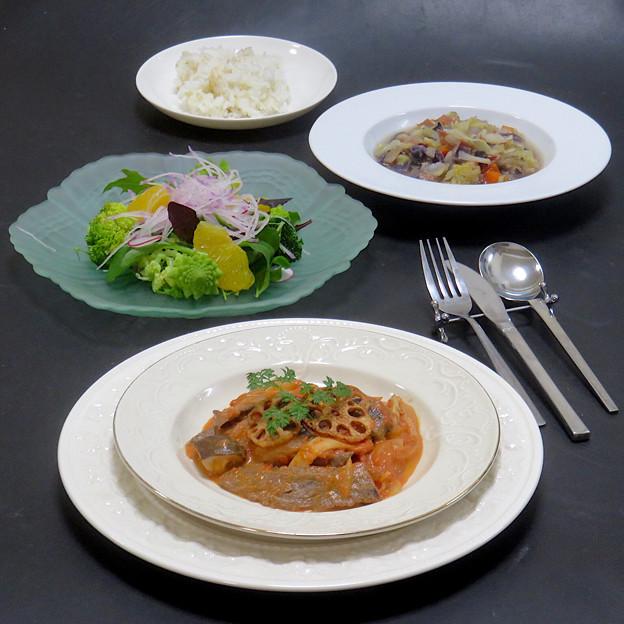 今晩は、ビーフストロガノフ、甘夏旬菜サラダ(ベビーリーフ、紫大根、ラディッシュ、ブロッコリー、ロマネスコ)、角切り野菜の食べるスープ(キャベツ、紫キャベツ、