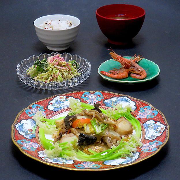 今晩は、帆立とイカの旬菜豆豉炒め、甘藍と大根とブロッコリーの玉ねぎドレッシング和え、甘海老揚げ、豆腐ともずくの味噌汁、台湾キヌアご飯