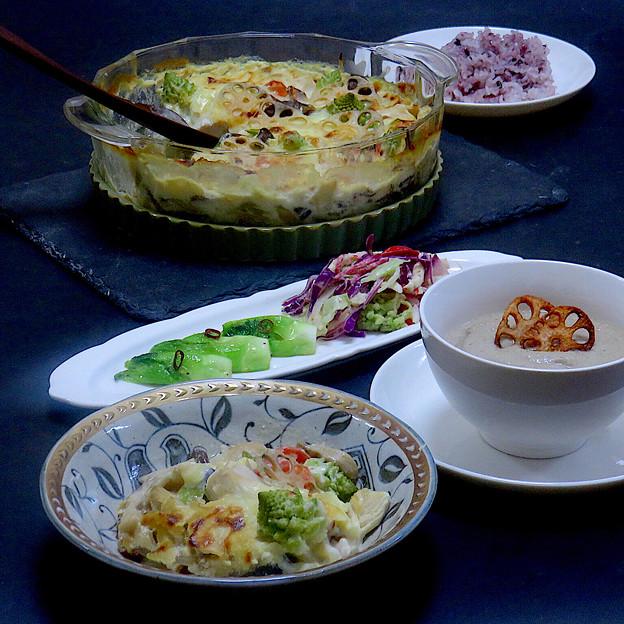 今晩は、5種のキノコの味噌グラタン、蕾菜ペペロンチーノ、旬菜胡麻ドレサラダ、牛蒡とポルチーニのポタージュ、黒米ご飯