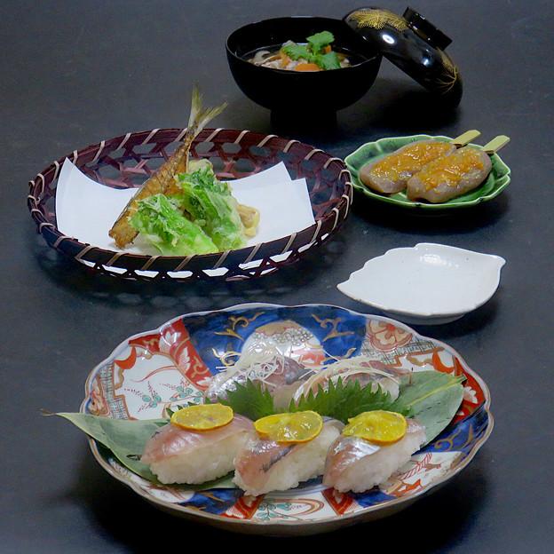 今晩は、小鯵握り寿司、天麩羅(蕾菜、大黒本しめじ、骨煎餅)、蒟蒻田楽、そば米汁