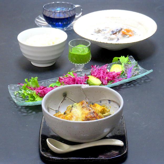 今晩は、カレーペースト薬膳グリル、旬菜サラダ 春菊ソース(紫、白プチヴェール、芽キャベツ、フリルレタス、紅芯大根)、そば米豆乳スープ、発芽玄米ご飯