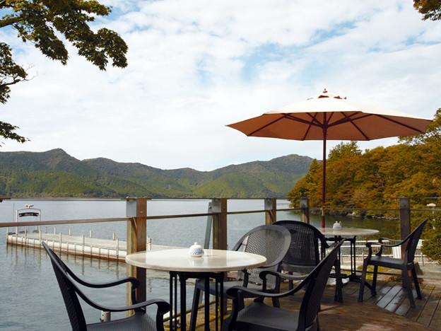 秋のロザージュテラスと芦ノ湖