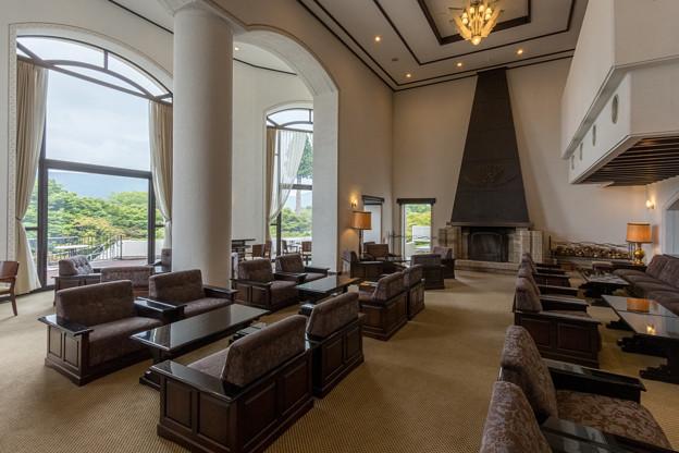 山のホテル 開放感のあるラウンジ