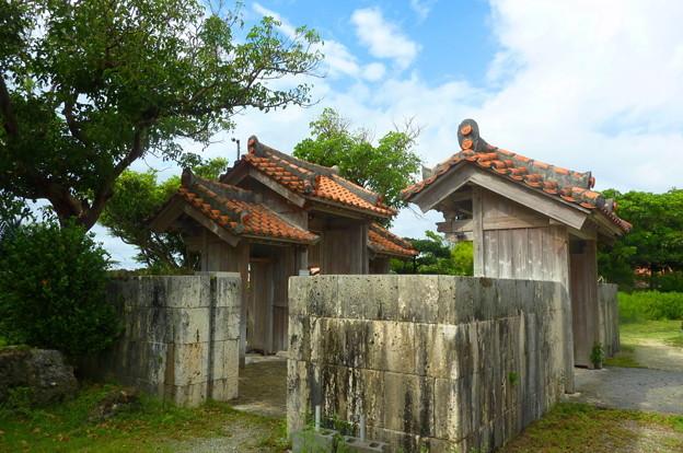 沖縄の瓦屋根の古民家