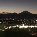 写真: 夕闇の富士山