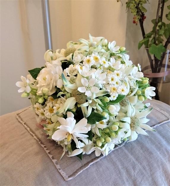 G先生にこれを。昨日咲いたくちなしのお花を入れたブーケです。