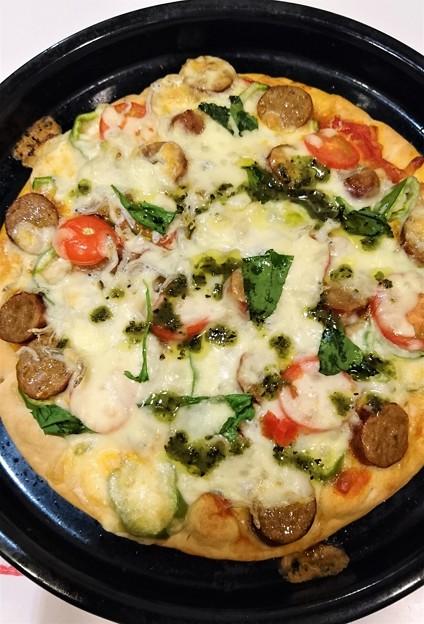 G先生にこれを。いろいろのせたピザです。