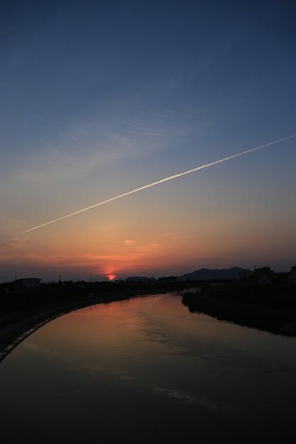 写真: 飛行機雲とマジックアワー