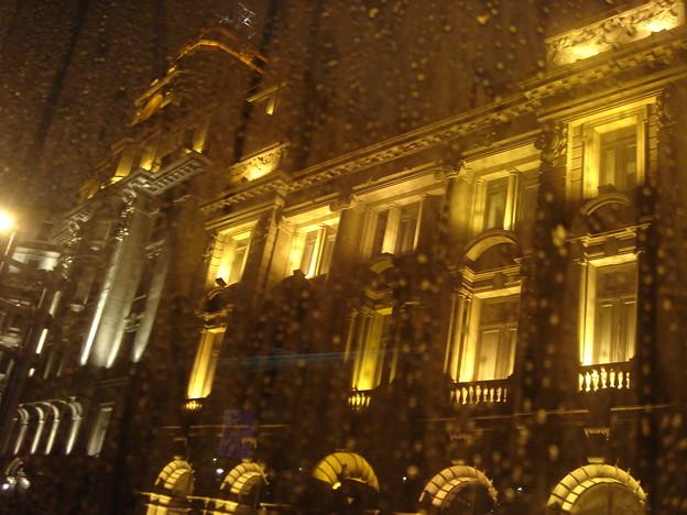 雨に霞む街