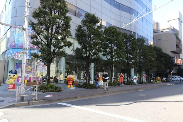 190201-98スカイツリーから日本橋まで・株式会社バンダイ前の人形