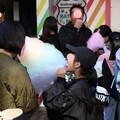 191117-184明治神宮、原宿そして神宮外苑・再び原宿・綿菓子を食べる少女