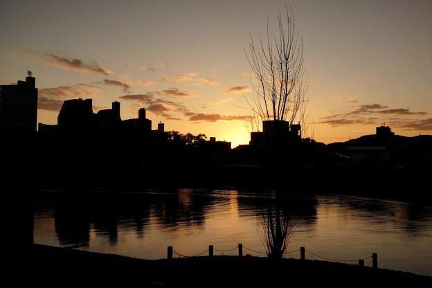 夕暮れに穏やかな川