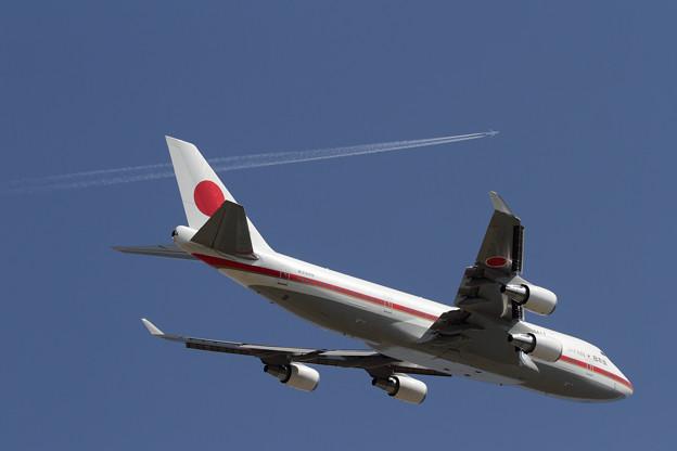 Photos: B747 シグナスとひこうき雲