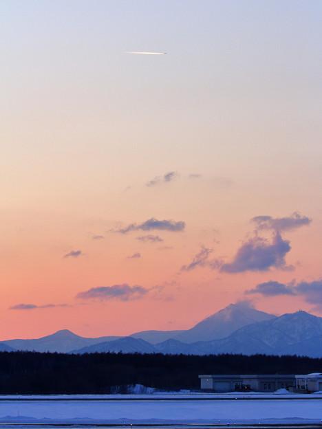 夕ぐれの空にひこうき雲