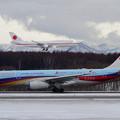 写真: A330 CESとB747政府専用機