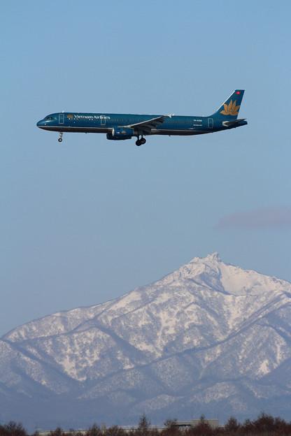 A321 Vietnam Airlines VN-A334 approach 恵庭岳