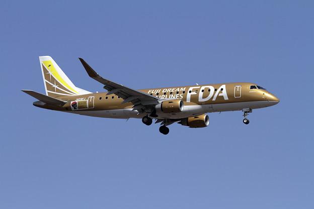 Photos: ERJ-175 FDA JA09FJ approach