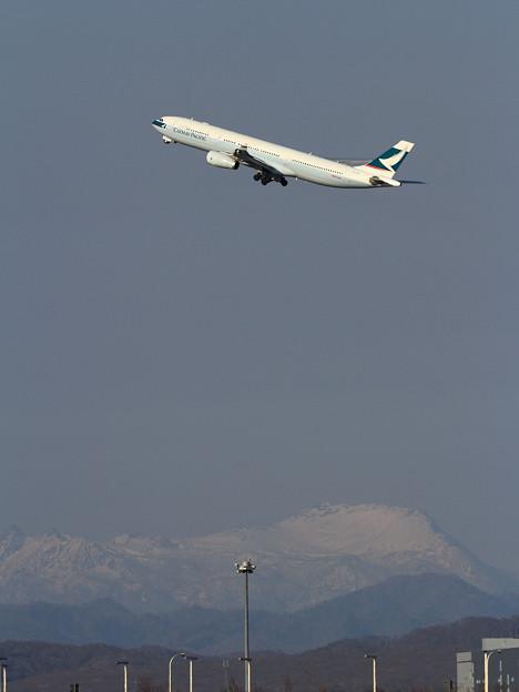 写真: A330 CX581と夕張岳