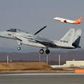写真: F-15J 201sqとB737 Jeju