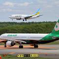写真: A321 EVAとB737 ADO