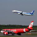 写真: 赤と青の機体