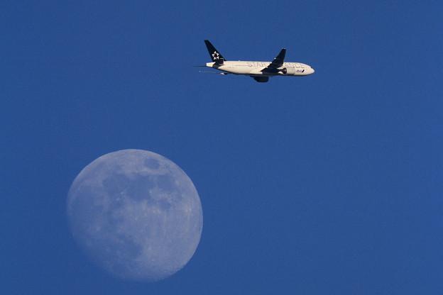 月とB777 ANA