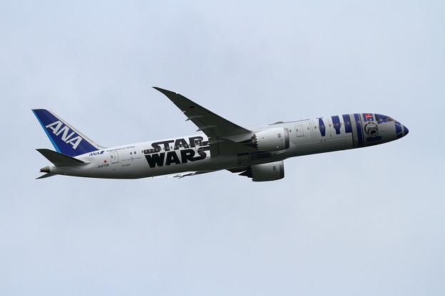 写真: B787-9 ANA StarWars R2-D-2が飛来 (6)