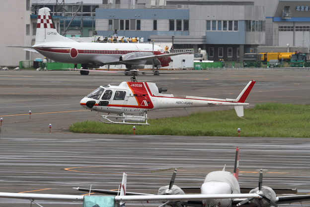 Aerospatiale AS350B JA003BとYS-11FC