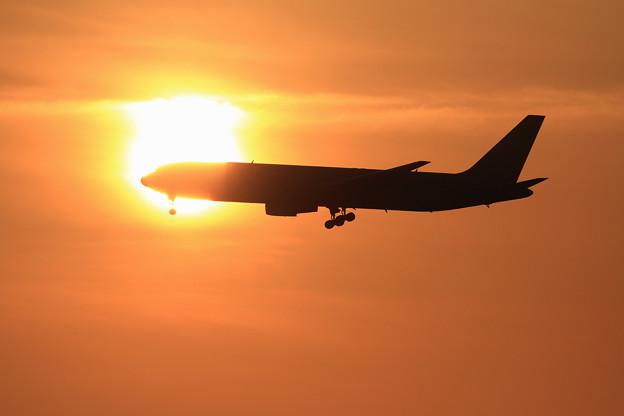 写真: B767 ADOが太陽に