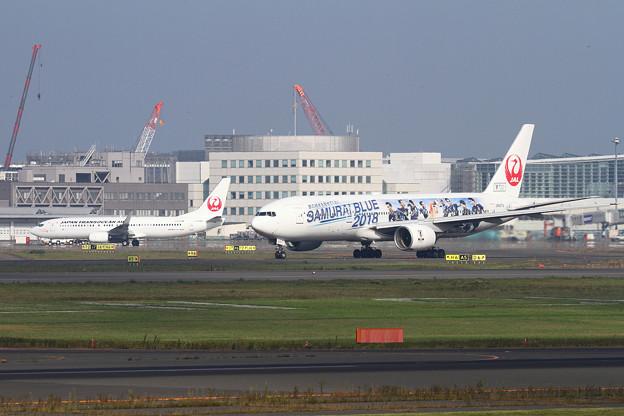 B777 SAMURAI BLUEとB737 うちなの翼