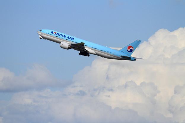 B777 KAL HL7598 takeoff