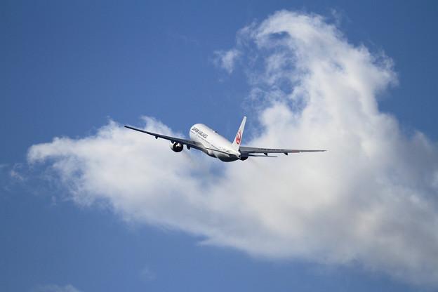 B777 JAL JA8985 takeoff