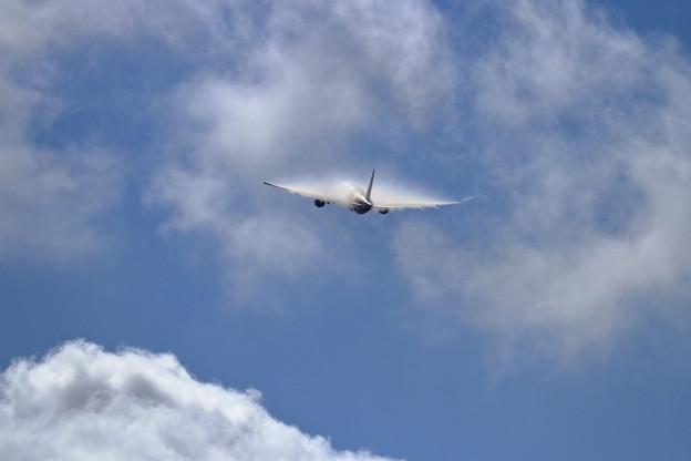 B777 THA 雲をぬける