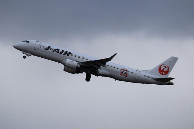 ERJ-190 J-AIR JA250J takeoff