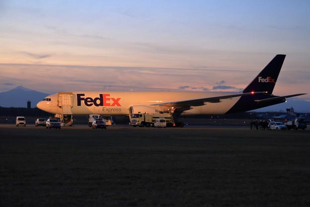 B777F FedEx N891FD 夕暮になってから出発準備