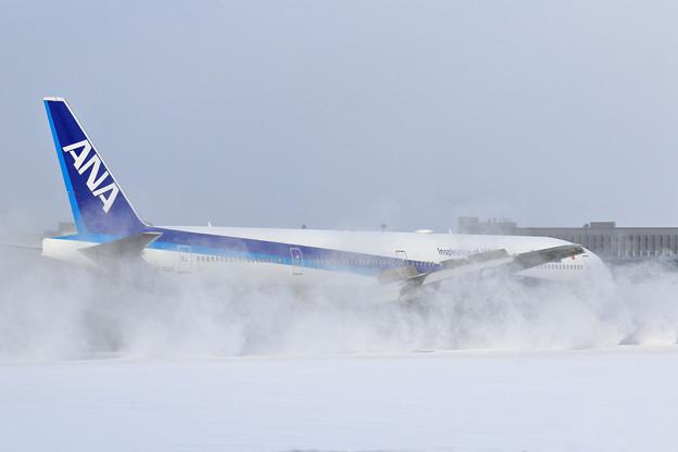 B777 ANA Reverse雪けむり