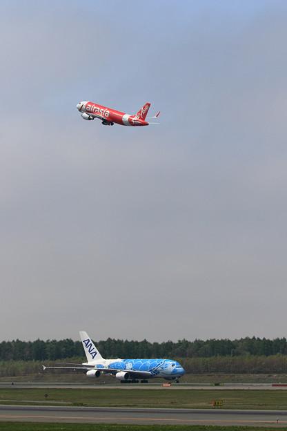A380 ANA JA381AとA320 Airasia Japan