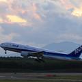 Boeing777 ANA JA709A 黄昏時のtakeoff