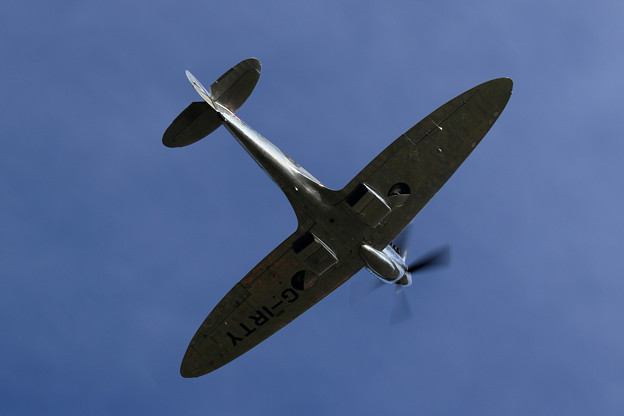 Silver Spitfire G-IRTY 飛来(1)