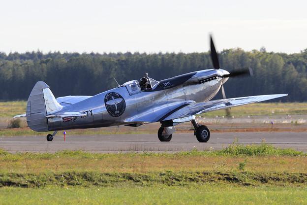 Silver Spitfire G-IRTY 飛来(3)