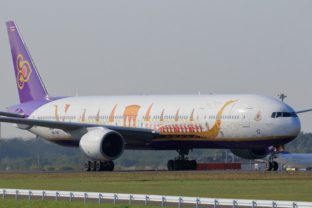 Boeing777 THA HS-TKF Royal Barge livery(1)