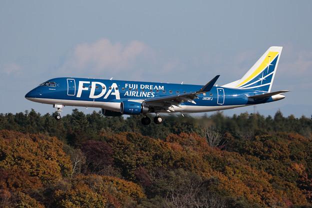Photos: ERJ-175 FDA JA13FJ approach