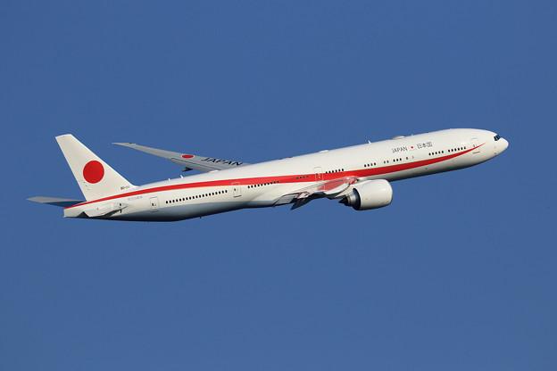 Boeing777 80-1111 takeoff climb