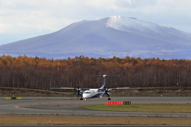 樽前山に初雪とQ400
