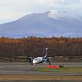Photos: 樽前山に初雪とQ400