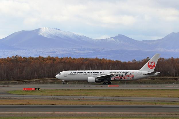 樽前山に初雪とJAL 767