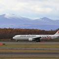 Photos: 樽前山に初雪とJAL 767