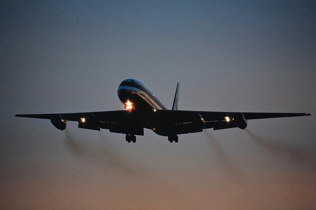 DC-8-62 JAL JA8035 Sunset approach 1987.11 (1)